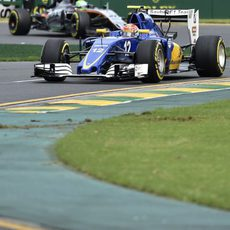 Felipe Nasr rueda por delante de Hülkenberg