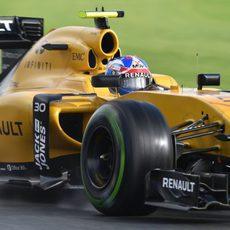 Jolyon Palmer rueda con neumáticos intermedios
