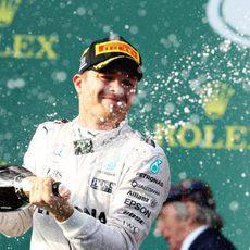 Nico Rosberg descorcha el champán