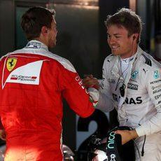Sebastian Vettel felicita a Nico Rosberg