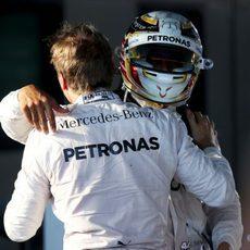 Nico Rosberg y Lewis Hamilton se abrazan al lograr el doblete