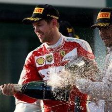 Lewis Hamilton y Sebastian Vettel lanzan champán a sus equipos