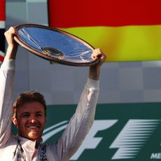 Nico Rosberg levanta su trofeo en Albert Park