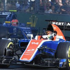Pascal Wehrlein rueda por delante de un Sauber