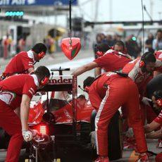 Los mecánicos trabajan en el coche de Kimi Räikkönen