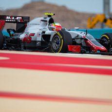 Esteban Gutiérrez completa el programa de Haas