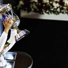 Nico Rosberg alza el trofeo de la victoria en Baréin