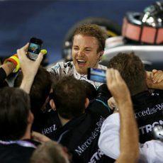 Nico Rosberg celebra la victoria con su equipo