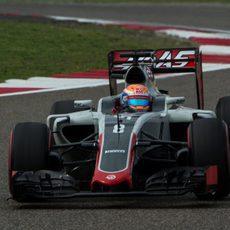 Romain Grosjean rueda con su Haas en los primeros libres