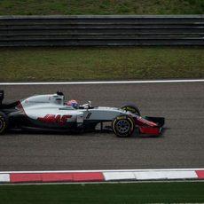Romain Grosjean rueda con los neumáticos blandos