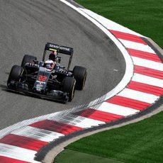 Jenson Button se acerca a los limites de la pista