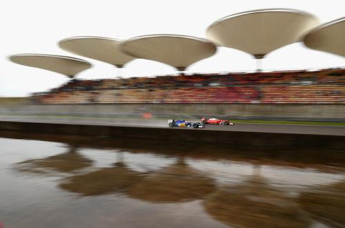 Felipe Nasr es superado por un Ferrari