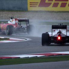 Romain Grosjean persigue a Vettel