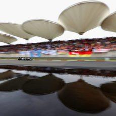 Sergio Pérez rueda con los neumáticos intermedios