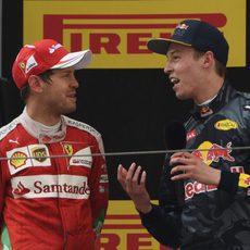 Kvyat y Vettel charlan en el podio de China