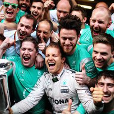 Nico Rosberg celebra su victoria con su equipo