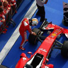Sebastian Vettel acaricia un neumático de su monoplaza