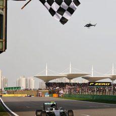 Nico Rosberg cruza la meta en Shangai