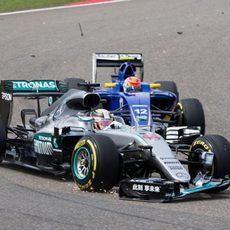 Alerón roto de Lewis Hamilton