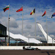 Lewis Hamilton rueda por el trazado de Sochi