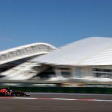 Carlos Sainz rueda rápido por las curvas de Sochi