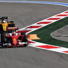 Kevin Magnussen persigue a Räikkönen
