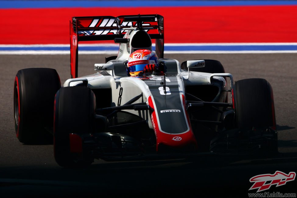 Romain Grosjean rueda con los neumáticos 'option'