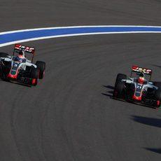 Los dos Haas se adelantan entre sí
