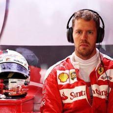 Sebastian Vettel serio al conocer su sanción en parrilla