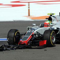 Alerón delantero destrozado de Esteban Gutiérrez