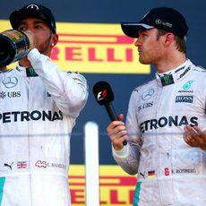 Nico Rosberg y Lewis Hamilton comparten podio de nuevo