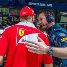 Sebastian Vettel charla con Christian Horner tras abandonar en Rusia