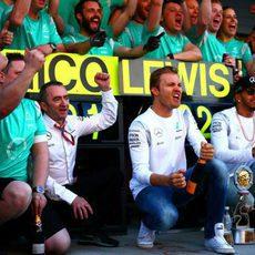 Mercedes celebra su doblete en Rusia