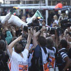 Salto triunfal de Nico Rosberg sobre su equipo