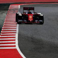Sebastian Vettel se acerca a los límites de la pista