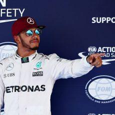 Un sonriente Lewis Hamilton recupera la pole