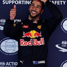 Un contento Daniel Ricciardo saluda a las cámaras
