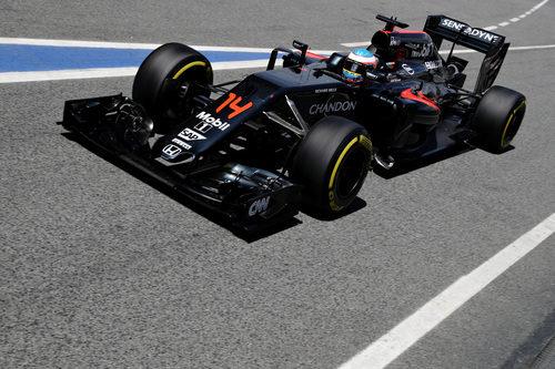 Fernando Alonso entra a la calle de boxes