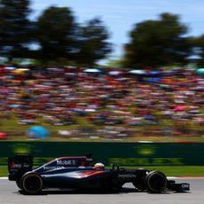 Fernando Alonso rueda junto a su afición