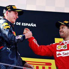 Felicitaciones entre Max Verstappen y Sebastian Vettel