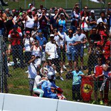 Lewis Hamilton regresa a boxes en moto