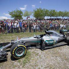 El Mercedes de Lewis Hamilton fuera de carrera