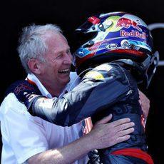 Abrazo entre Helmut Marko y Max Verstappen