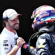 Fernando Alonso felicita a Max Verstappen por su victoria