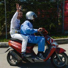 Fernando Alonso saluda en su regreso al box