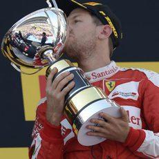 Sebastian Vettel besa su trofeo en Barcelona