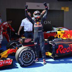 Max Verstappen celebra su victoria en parque cerrado