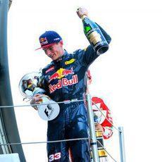 Champán y trofeo para Max Verstappen en Barcelona