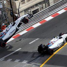 La grúa retira el coche de Felipe Massa en Mónaco