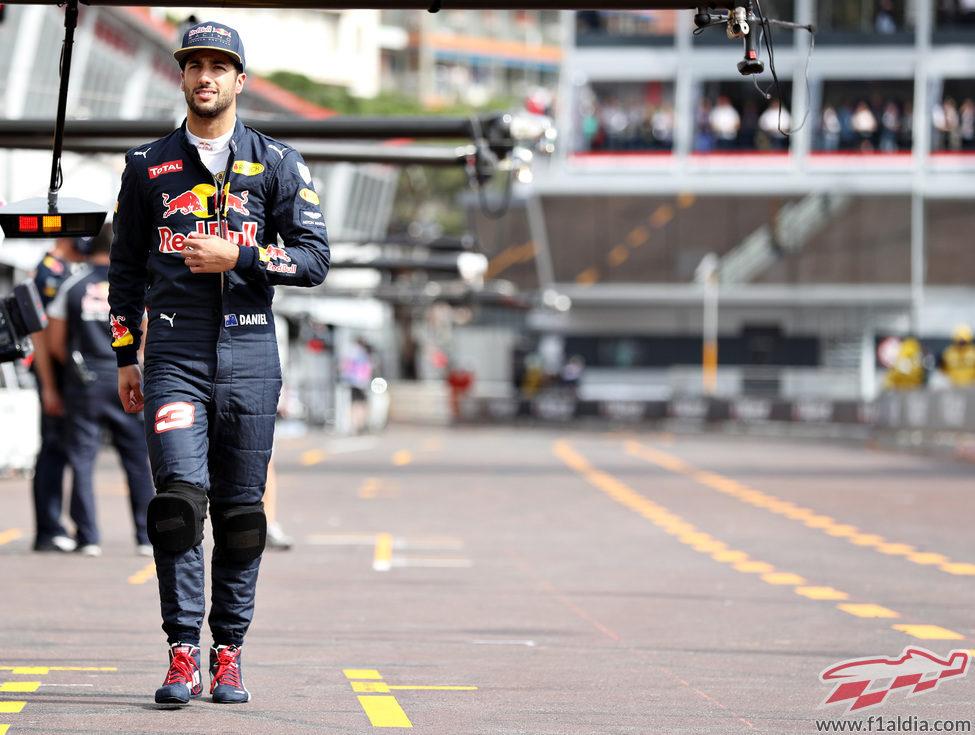 Daniel Ricciardo camina por el pit lane en Mónaco